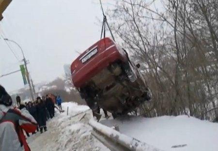В Новосибирске иномарка улетела с моста