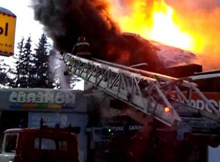 В Академгородке сгорел торговый павильон +[видео]