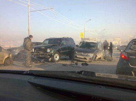 Второе крупное ДТП на коммунальном мосту столкнулись 12 автомобилей [видео]