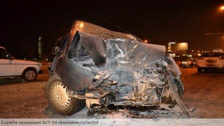В Новосибирске иномарка Honda залетела в столб: трое попали в больницу [видео]