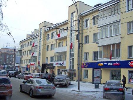 Жители Красного проспекта вывесили красные флаги протеста