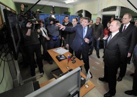 Путин проверил работу веб-камер на одном из избирательных участков Новосибирска