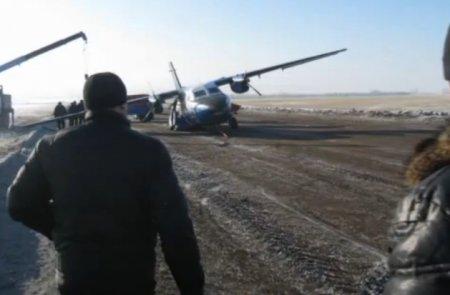 Самолет столкнулся с... грузовиком