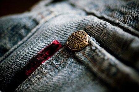 Таможенники передали бедным поддельные джинсы D&G