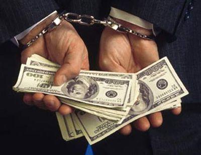В получении взяток обвиняют в Новосибирске служащих налоговой и миграционной служб