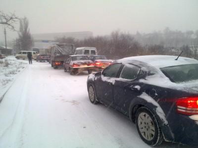 Сотни новосибирских автолюбителей пострадали на заснеженных дорогах