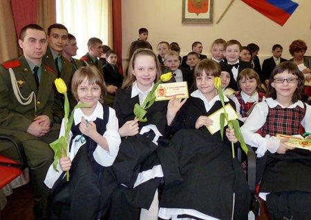Новосибирские военные подарили форму девочкам из детдома