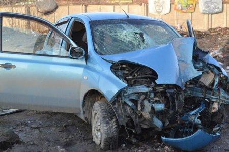 В Новосибирске иномарка врезалась в столб на скорости 120 километров в час: есть погибший