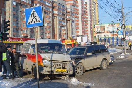 Land Rover протаранил маршрутную «ГАЗель» на перекрестке ул. Кирова