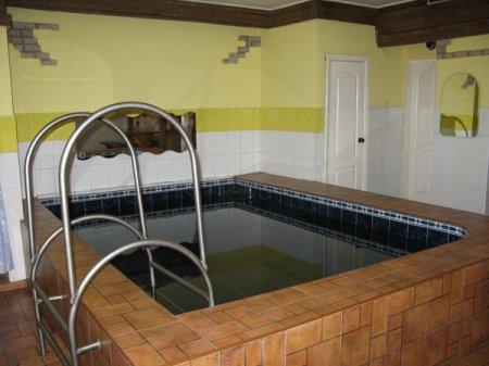Предприниматель открыл бассейн в подвале дома: жильцы подали в суд