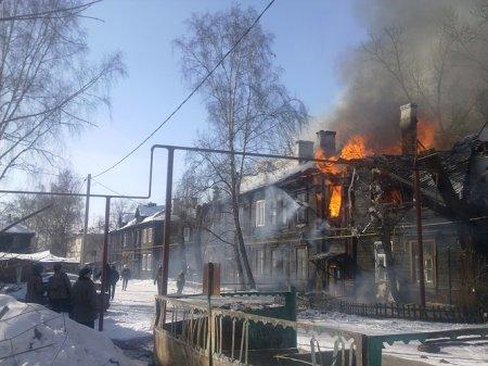 Пожарные тушат деревянный дом на ул. Никитина