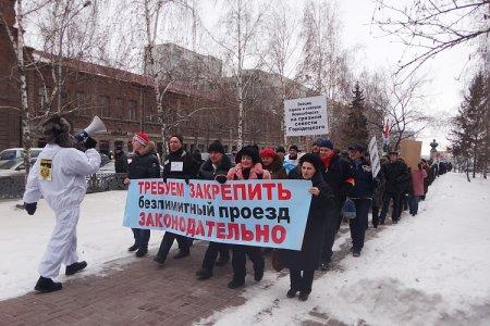 К маршу пенсионеров присоединились противники мэра