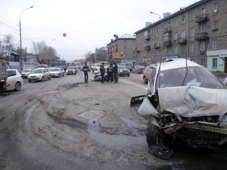Лобовое столкновение двух авто на Большевистской