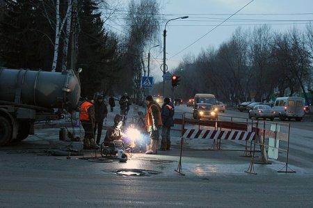 Новосибирские коммунальщики возобновили работы на месте порыва водопровода