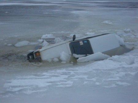 Два автомобиля с рыбаками провалились под лед в Новосибирской области