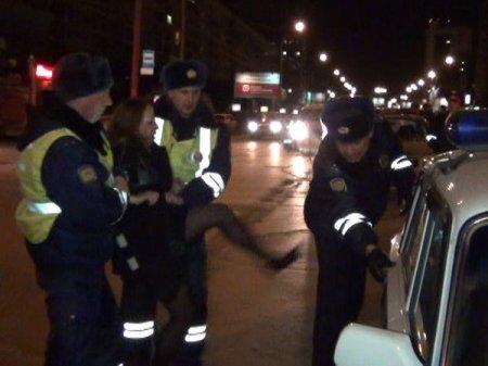 Задержанная автолюбительница подралась с инспекторами ГИБДД