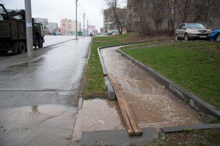 Прорыв трубы на ул. Кошурникова: 14 домов без холодной воды