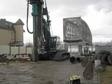 На набережной начали бурить скважину для памятника Александру III