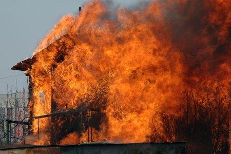 В Новосибирской области сгорел гараж вместе с автомобилем