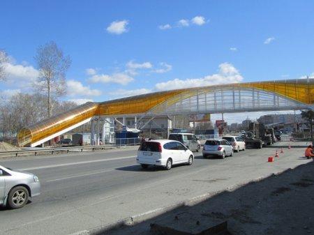 Над трассой М52 построили переход из желтого пластика