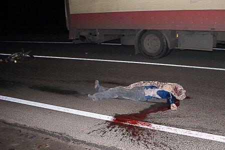 Велосипедист погиб под колесами фуры на трассе М52