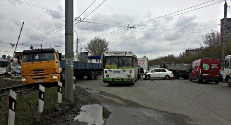 Столкновение «Ниссана» и автобуса парализовало ул. 2-ю Станционную