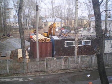Жильцы Калининского вышли на войну против детсада, который строят у них во дворе