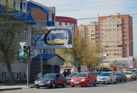 Новосибирских водителей уговаривают пропускать скорую