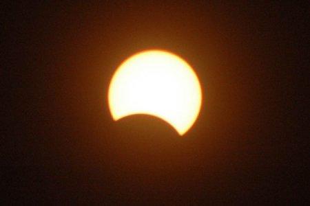 На рассвете в понедельник новосибирцы увидят частное солнечное затмение