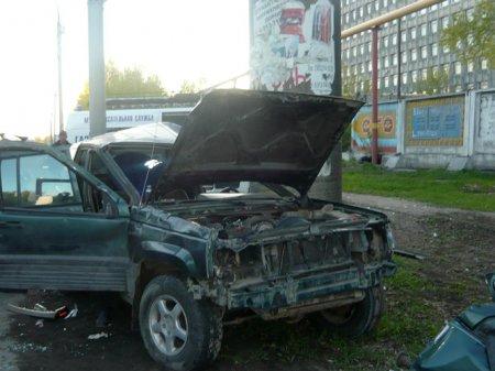 Джип врезался в опору трубопровода в Калининском районе