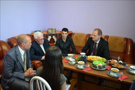Губернатор приехал на новоселье к боксеру Мише Алояну