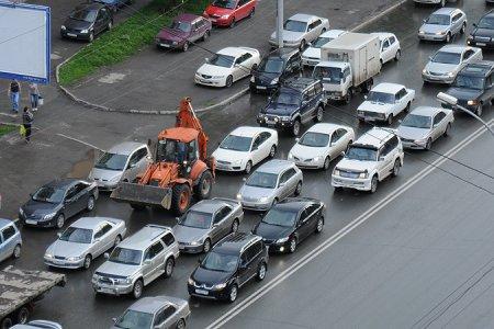 Дорога-дублер Бердского шоссе сделала более ранней пробку на улице Выборной