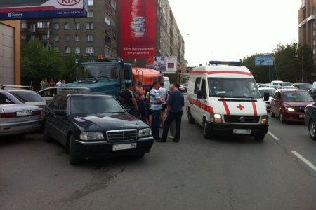 В Новосибирске водитель грузовика умер за рулем и протаранил пять авто