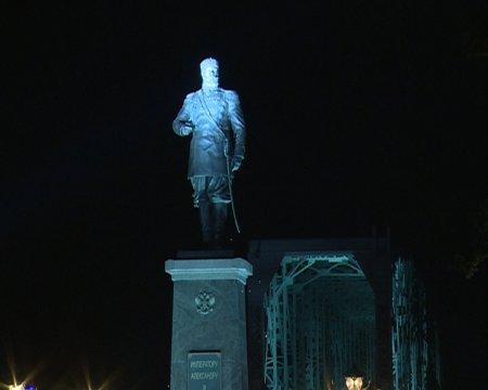 Памятник Александру III открыли ночью