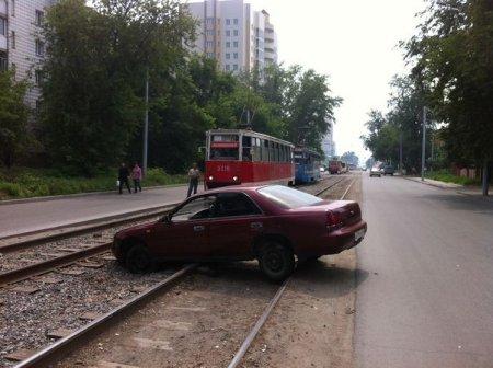 На Гурьевской водитель отвлекся и заехал на рельсы.