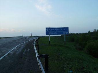 На федеральных трассах Сибири обновляется барьерное ограждение и дорожные знаки
