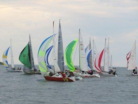 Крейсерские яхты устроили ночную гонку на Обском море