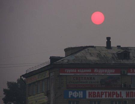 Дымка над Новосибирском окрасила солнце в красный цвет