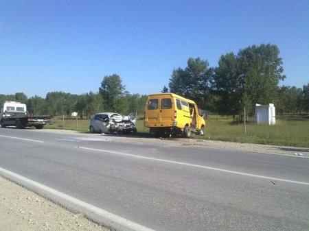 «Тойота» врезалась во встречную маршрутку на трассе