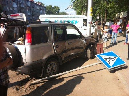 ДТП на пр. Дзержинского: «Хонду» вынесло на тротуар