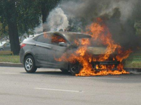 На площади Энергетиков загорелся Hyundai Solaris