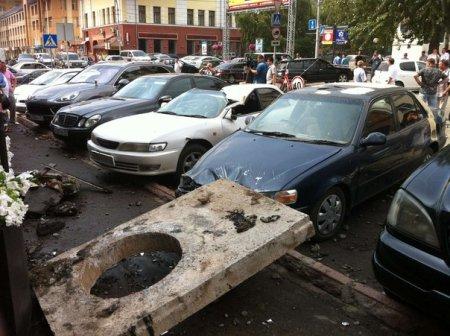 При испытании теплосетей в Новосибирске бетонные блоки разбросало по дорогим иномаркам «Порше» и «Мерседес»