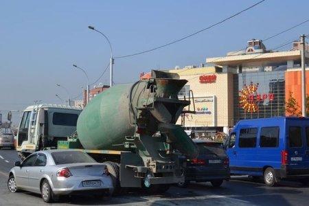В Новосибирске бетономешалка протаранила утреннюю пробку около ТЦ «Аура»