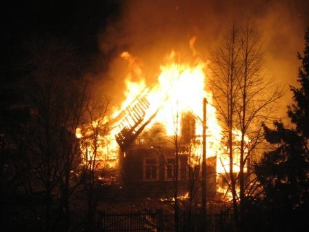 Сегодня ночью в Октябрьском районе сгорела дача: пострадал один человек