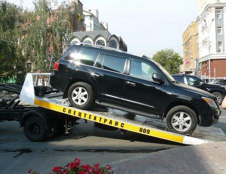 Лексус с красивыми номерами эвакуировали за неправильную парковку в центре Новосибирска