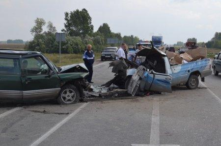 Под Новосибирском на трассе М-51 лоб в лоб столкнулись два автомобиля, трое пострадавших