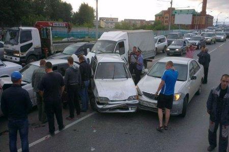Вторая крупная авария за месяц напротив ТЦ «Мега» в Новосибирске: столкнулись восемь авто