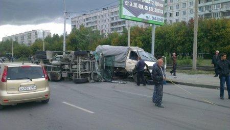 Огромную пробку в Октябрьском районе Новосибирска вызвало столкновение четырех автомобилей
