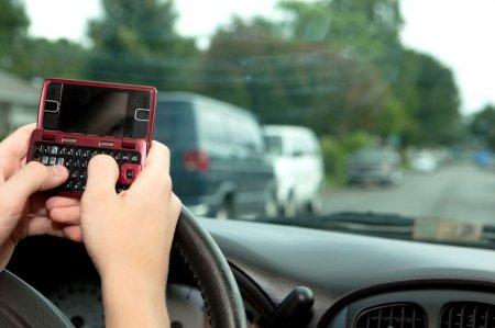 Штраф за пользование мобильным за рулём составит 3000 руб.