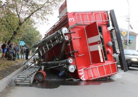 В Новосибирске произошло ДТП, в результате которого опрокинулся пожарный автомобиль, спешащий на экстренный вызов